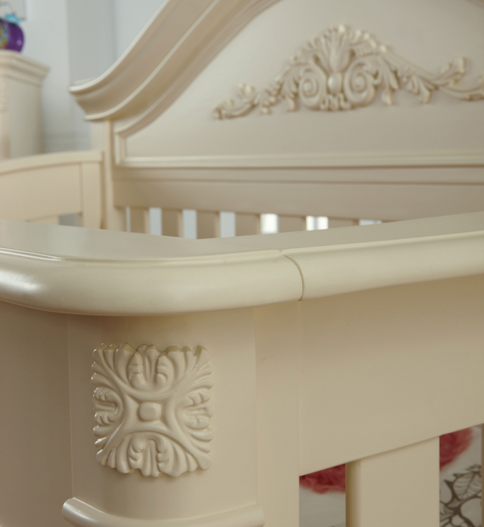 A detail of the <b>Gardena Forever Crib </b> in Dream.